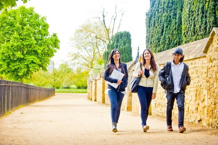 Du học hè Anh Quốc miễn phí tại Bellerbys 2 hoặc 4 tuần