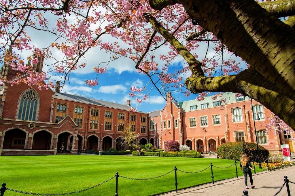 Queen's University Belfast là đại học lớn nhất vùng Northern Ireland